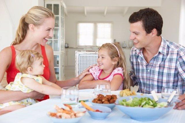 Comer en familia previene la obesidad infantil