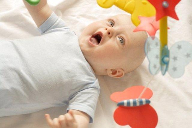 Estimulación para bebés en la cuna