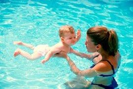 Ejercicios de estimulación acuática para bebés