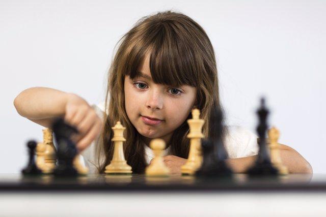 Ajedrez, niña jugando ajedrez, juegos de mesa inteligencia