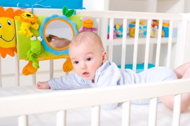 Bebé jugando en la cuna