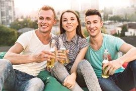 Alcohol y adolescentes: consejos de la AEP para prevenir el consumo