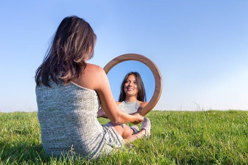 Mirarse al espejo for Espejo que se abre