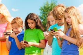 Esta Semana Santa los niños pasarán más tiempo con sus móviles que jugando