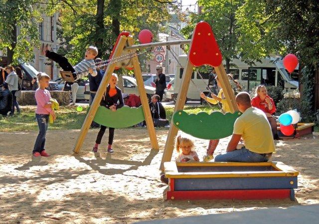 Niños y bebés en el parque infantil