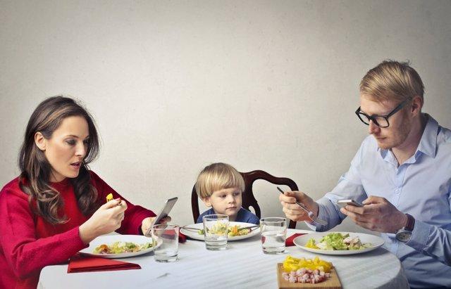 La adicción de los padres a sus smartphones repercute en la actitud de sus hijos