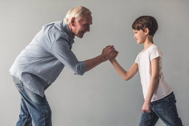 El cuidado de los nietos presenta importantes beneficios para los abuelos.