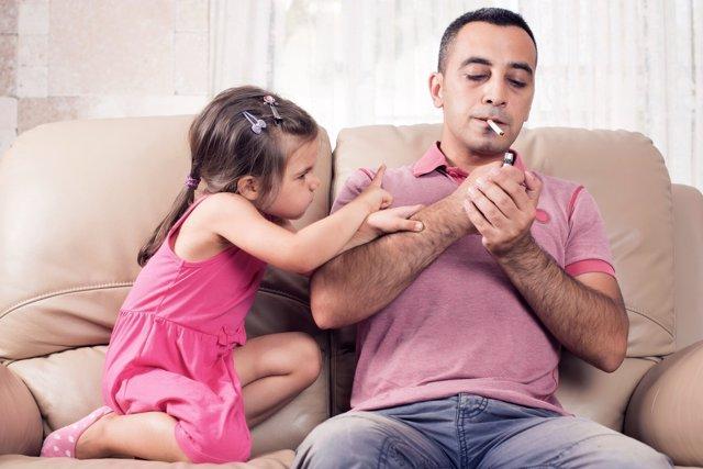 El número de niños fumadores pasivos creció a pesar de la Ley Antitabaco