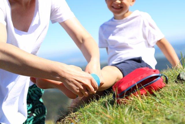 Cómo tratar las heridas en las que el niño se ha clavado algo.