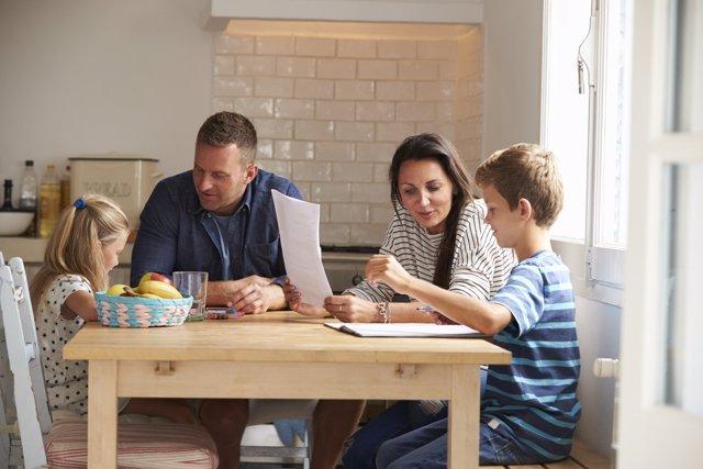 Los padres españoles sienten que pasan poco tiempo con sus hijos