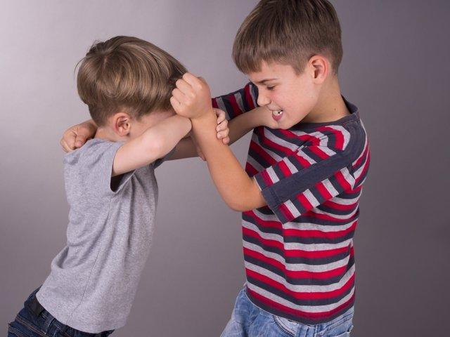 Debe mi hijo defenderse pegando