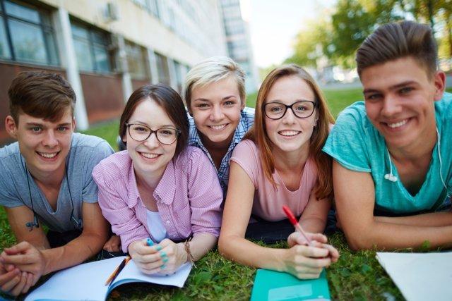 La política provoca desconfianza e indignación entre los jóvenes.