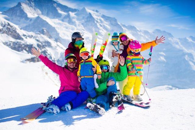 Esquiar en familia, te organizamos el viaje