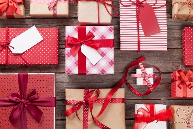 La compra de regalos caros relacionada con la presión social.