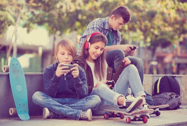 La búsqueda de nuevas amistades hace que los jóvenes usen las redes sociales.