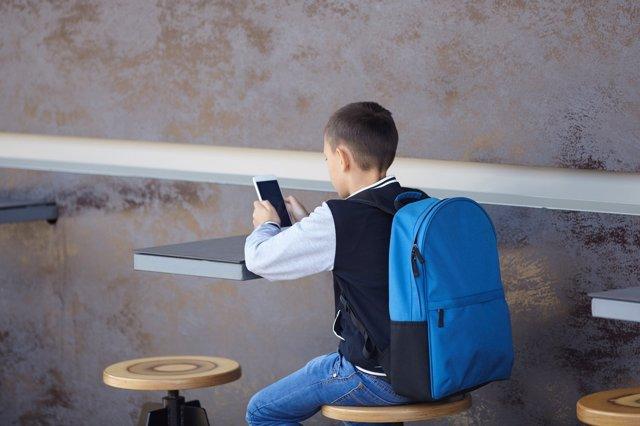 El país vecino estudia prohibir el uso de los smartphones.