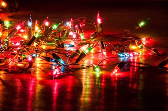 Las luces de Navidad pueden ocasionar accidentes si no se tiene cuidado.
