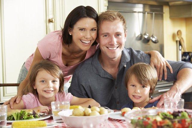 Las cenas en familia tienen una gran importancia en los niños.