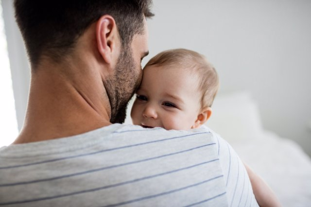 Los padres mucho más involucrados en la crianza de sus hijos