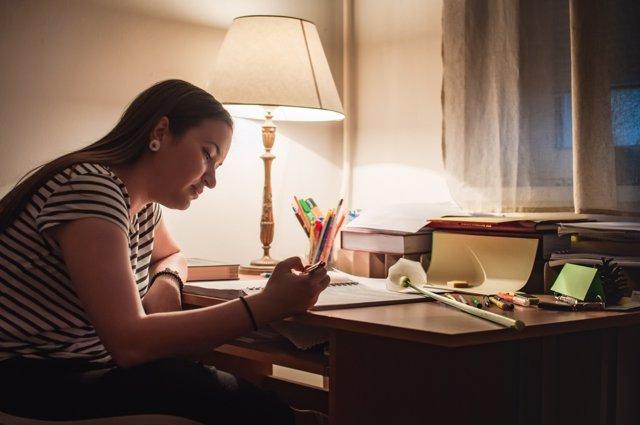 Estudiar por la noche se traduce en un mayor fatiga durante el día.