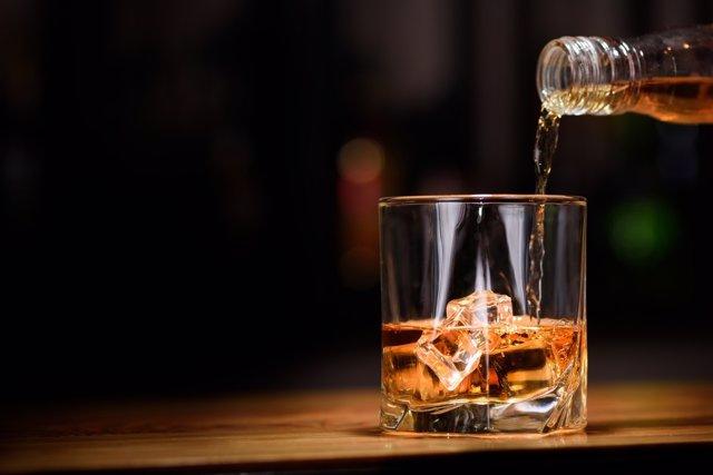Costear actividades culturales con las sanciones por venta de alcohol a menores.