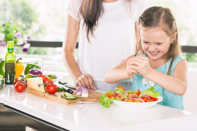 Hacer participar a los niños en la cocina ayuda a mejorar su dieta.