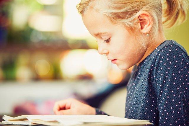 Niña atenta a sus deberes