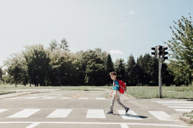 Hasta los 14 años los menores no deberían cruzar solos la calle.