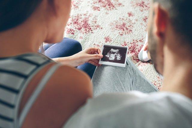 Las españolas, las que más retrasan la maternidad de la Unión Europea.