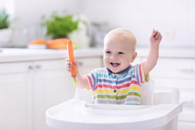 Evita dar alimentos sólidos a tu bebé