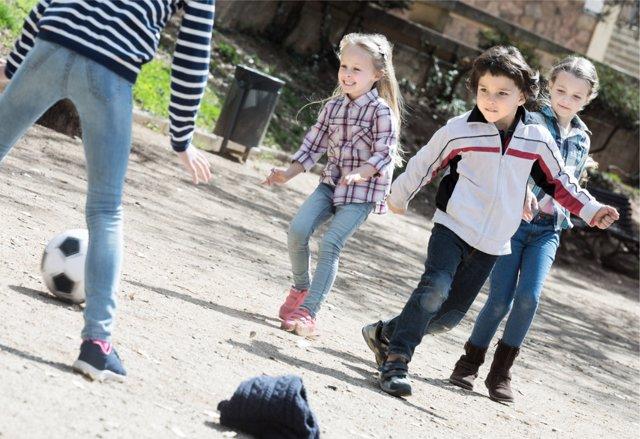 La actividad física desarrolla los sentidos de los niños.