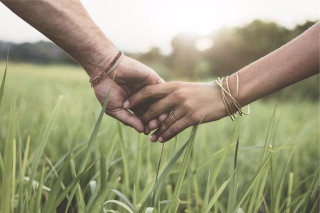 Pasear de la mano crea un vínculo muy especial entre la pareja.