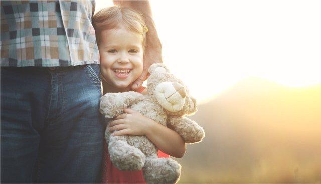 El abrazo por el lado izquierdo favorece el desarrollo de habilidades sociales.