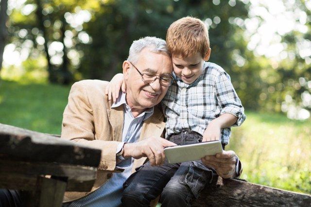 Incluso los abuelos tienen algo que enseñar a los nativos digitales.