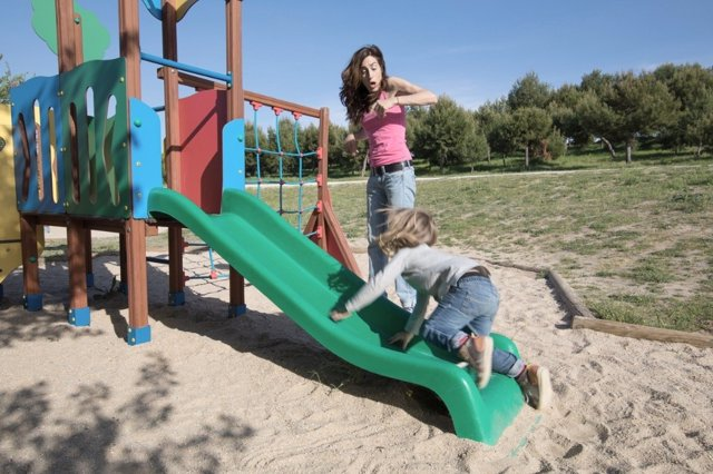 Seguridad para los niños en el parque infantil
