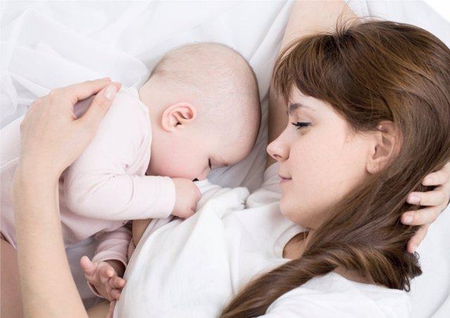 La lactancia materna cuenta con grandes beneficios para los niños.