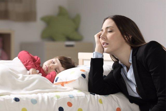 Así cambian las rutinas de sueño en los padres con sus bebés