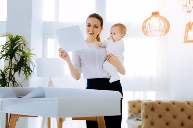 Cómo reclamar el IRPF de maternidad