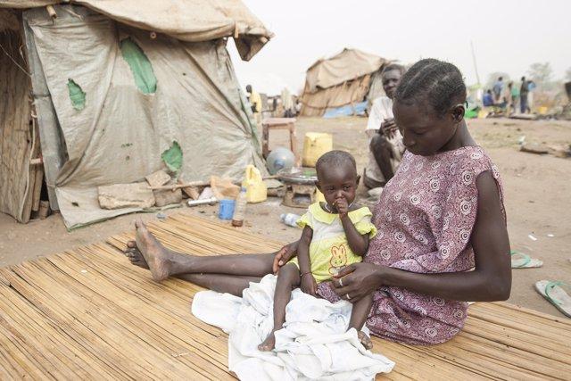 Una mujer y su hija en un campo de refugiados en Sudán del Sur