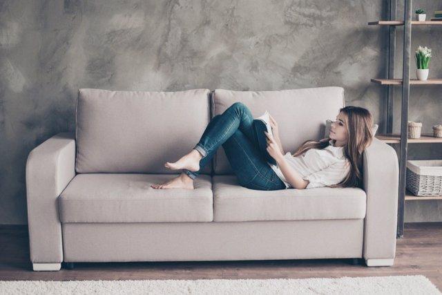Atrincherado en el sofá