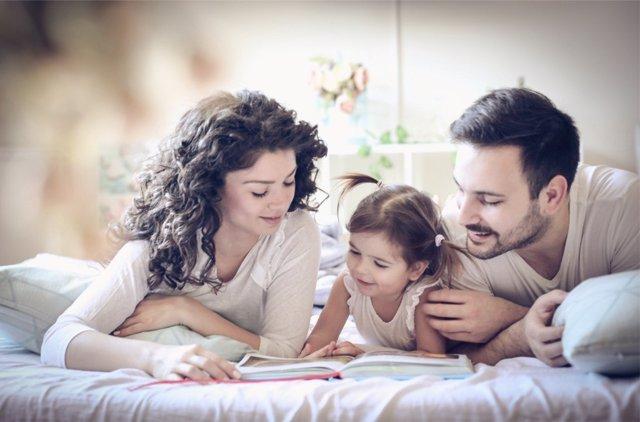 No son pocos los padres que leen a sus hijos.