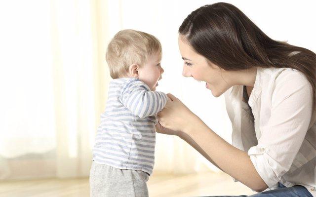 Los beneficios de mirar a los ojos a los bebés
