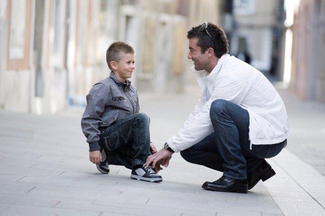 El 65% de los niños usa zapatos pequeños que deforman el pie