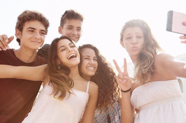 Imponer límites en el verano es imprescindible para los adolescentes.