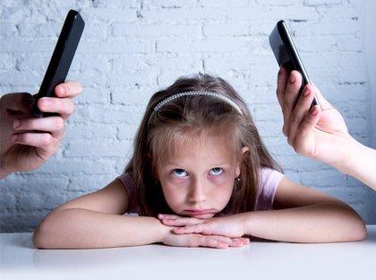 """""""Papá, mamá, dejad el móvil"""": las nuevas tecnologías, enemigas del vínculo familiar"""