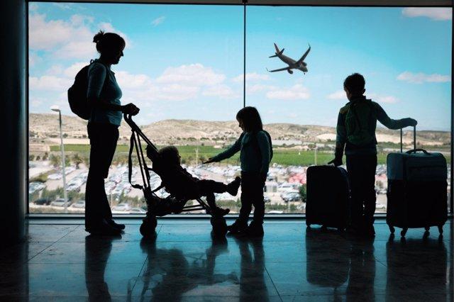 Las familias españolas aumentan su gasto en viajes.