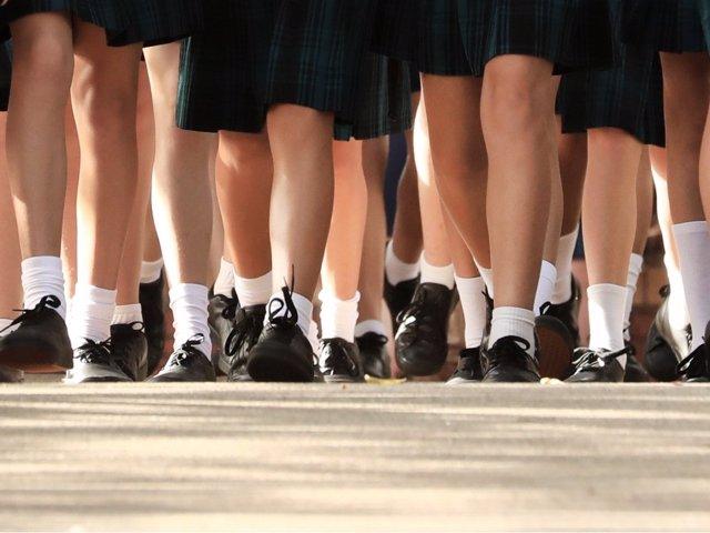 Volver a encajar los pies en un zapato cerrado es una de las principales torturas de la vuelta al cole: te contamos cómo adaptarse mejor