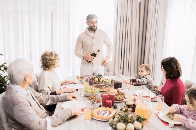 Parece una nueva moda que los bebés coman en la mesa de los mayores, pero se ha hecho siempre y te contamos cómo y por qué.
