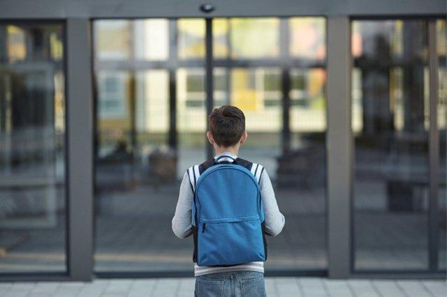 Las mochilas escolares se convierten en un verdadero problema debido al exceso de peso que recae sobre lasa espaldas de los estudiantes.