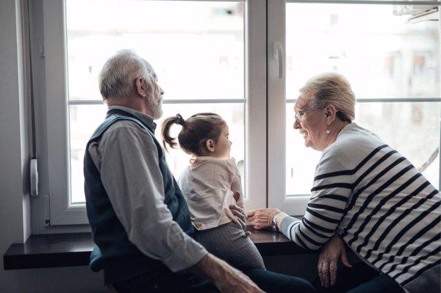 Las ayudas que en muchos casos prestan los abuelos en casa, pueden crearle una excesiva carga física y mental.